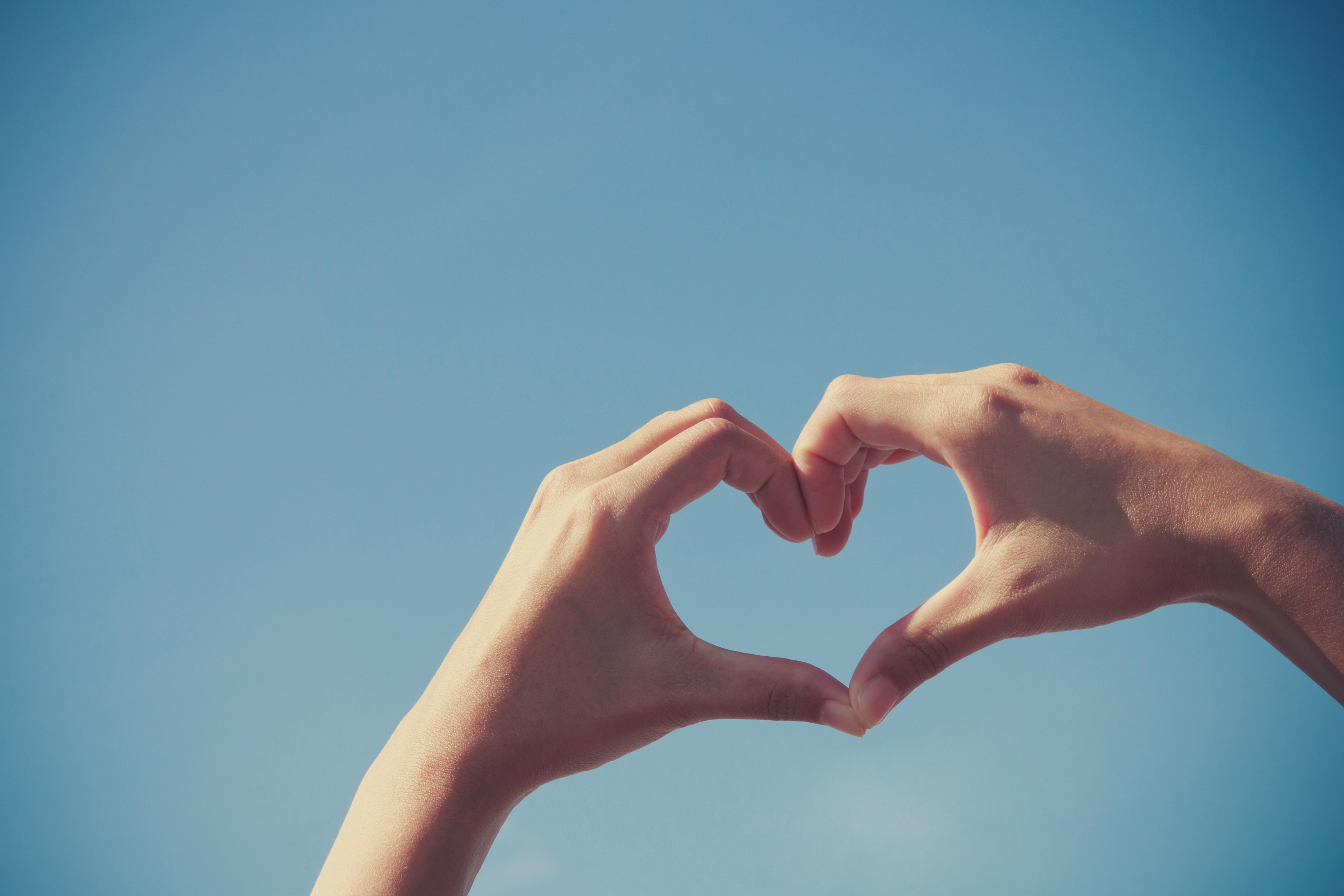 Картинки руки показывающая сердечко